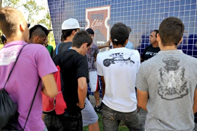 Protesto: funcionário do Ninho da Gralha avisa os garotos que não será servido o café da manhã   Marco André Lima/ Gazeta do Povo