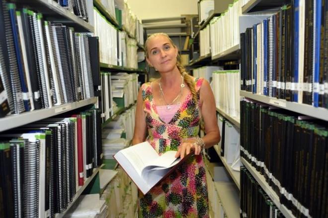 A bibliotecária Lígia Setenareski explica que o banco de teses da UFPR é o que tem mais fácil acesso no Brasil   Daniel Caron / Gazeta do Povo