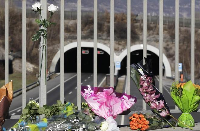 Flores em frente ao túnel onde aconteceu o acidente, na Suíça | Denis Balibouse/Reuters