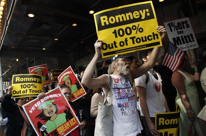 Manifestantes na frente do Hotel Astoria, em Nova York, onde foi feito um ato de arrecadação de fundos para a campanha de Mitt Romney | Mike Segar/Reuters
