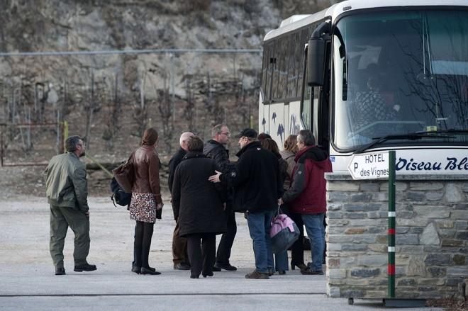 Familiares de crianças que estavam no ônibus acidentado embarcam para identificar os corpos | Sebastien Bozon/AFP Photo
