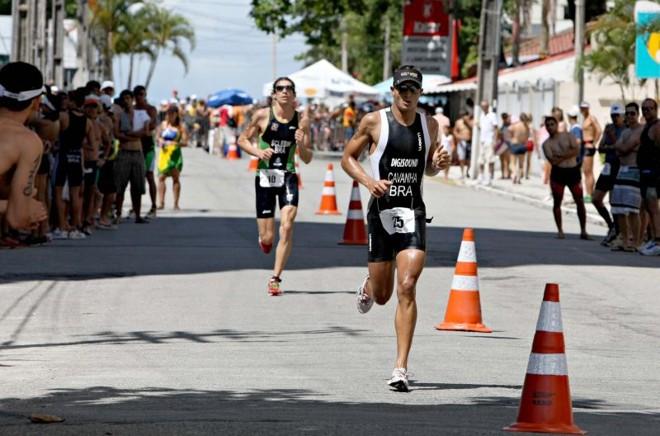 Completo: 1.500 metros de natação, 40 km de ciclismo e 10 km de corrida e Diogo Sclebin (ao fundo) superou Cavanha (à frente) | Aniele Nascimento/Gazeta do Povo
