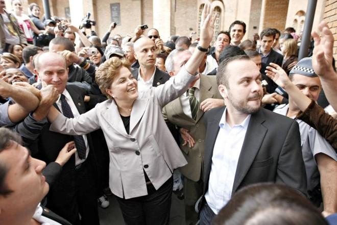 Anderson Dorneles com Dilma na época da campanha, em 2010: proximidade de quase duas décadas | Joel Silva/Folhapress