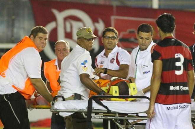 Após o choque com o adversário, o goleiro Felipe ficou insconsciente e saiu do estádio em uma ambulância | Rui Porto Filho/Folhapress