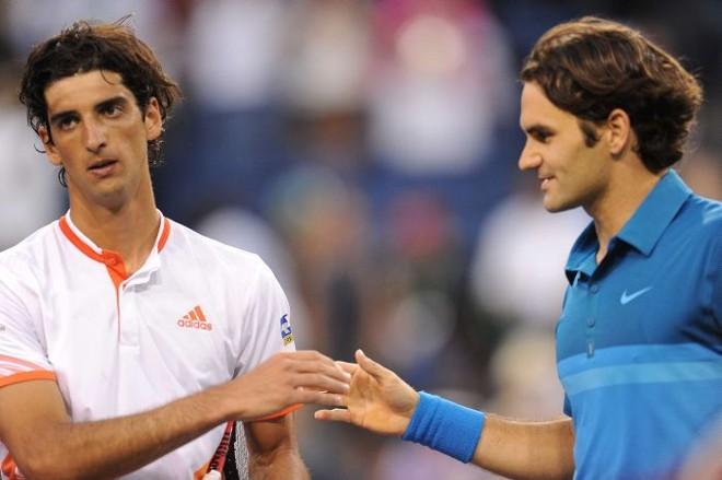 Bellucci cumprimente Federer no fim do jogo: brasileiro começou a partida dando susto no suíço | AFP