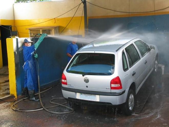 Depois de lavar o carro, não deixe de enxugá-lo também ou, pelo menos, deixe-o secar à sombra | Arquivo