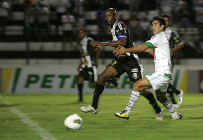 Zagueiro Negrete tenta conter ataque do Juventude: Operário foi goleado por 4 a 0 e deu adeus à Copa do Brasil | Josué Teixeira / Gazeta do Povo