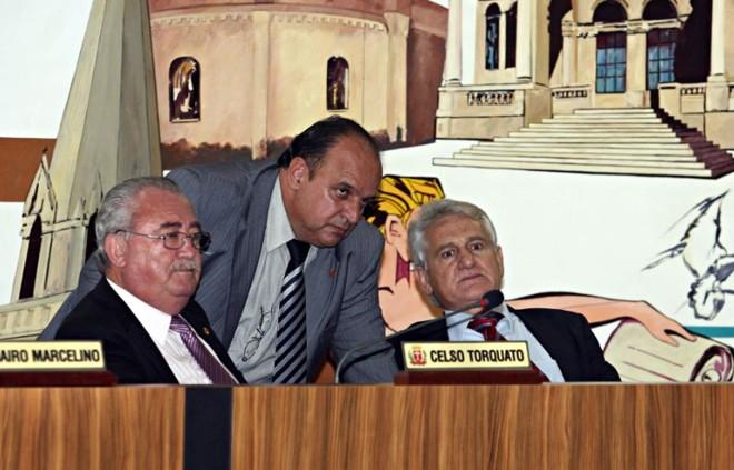 João do Suco (PSDB, em pé) e Sabino Picolo (DEM, à dir.): principais concorrentes na briga pelo comando da Câmara Municipal | Felipe Rosa/ Gazeta do Povo