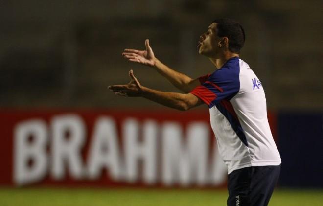 Técnico Ricardinho exaltou a vitória tricolor no primeiro jogo da temporada diante da torcida   Hugo Harada / Gazeta do Povo