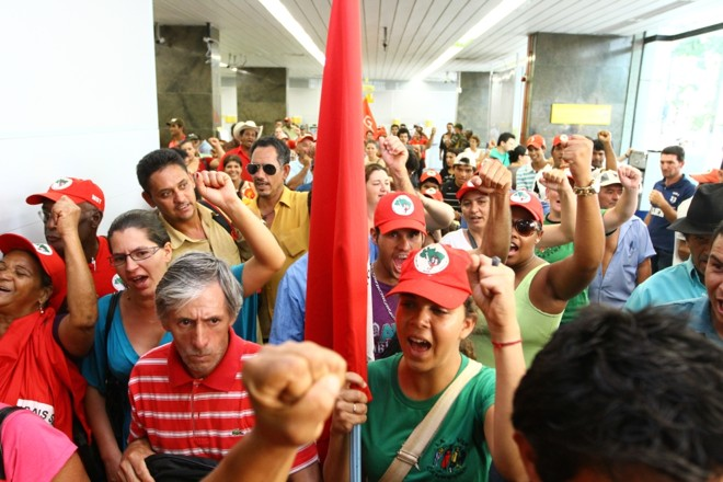 Integrantes do MST ocupam sala de autoatendimento do BB em Londrina | Roberto Custódio / Jornal de Londrina