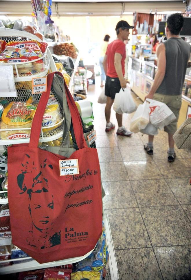 Sacolas de pano ou lona, chamadas de ecobags ou retornáveis, são alternativas para levar as compras para casa | Fabio Rodrigues Pozzebomm/ABR