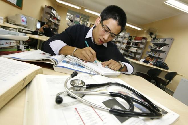 Perto da concorrência, Caio Hanai busca mais estímulo para estudar | Antônio Môre / Gazeta do Povo