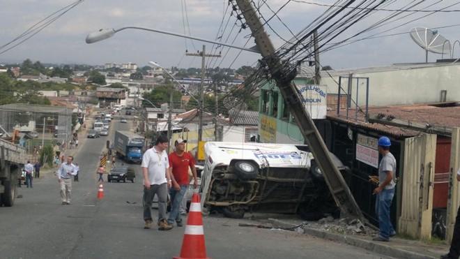 O caminhão teria voltado de ré e colidido com outros veículos | Heliberton Cesca/Gazeta do Povo