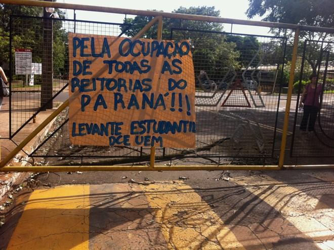 Manifestantes fecharam os portões da universidade e, em frente a alguns deles, atearam fogo | Divulgação