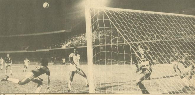 O goleiro Rafael, do Atlético, acompanha lance ofensivo do Pinheiros, o campeão de 1984 | Arquivo/ Gazeta do Povo