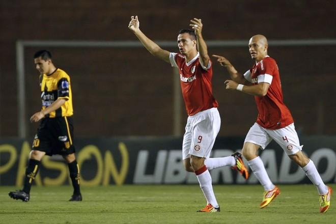 Lenadro Damião comemora o gol do Inter sobre o The Strongest. Time gaúcho marcou dois gols antes dos dez minutos da etapa inicial | AFP
