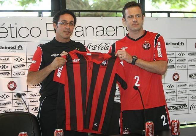 Rafael Schmitz é apresentado pelo diretor de futebol Sandro Orlandelli e diz que joga até de goleiro se for preciso | Aniele Nascimento / Agência de Notícias Gazeta do Povo