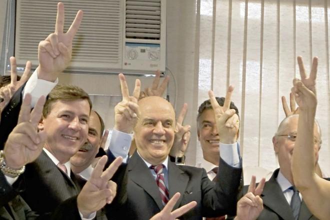 Serra em plena campanha: V da vitória com companheiros, dois dias após dizer que pretende ser candidato | Apu Gomes/Folhapress