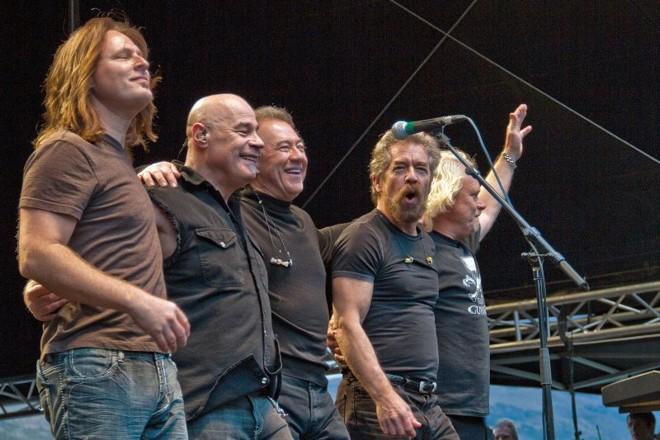 Stu Cook (terceiro, a partir da esquerda) e Doug Clifford (segundo, a partir da direita): banda formada por remanescentes do Creedence Clearwater Revival inicia turnê brasileira em Curitiba | Divulgação