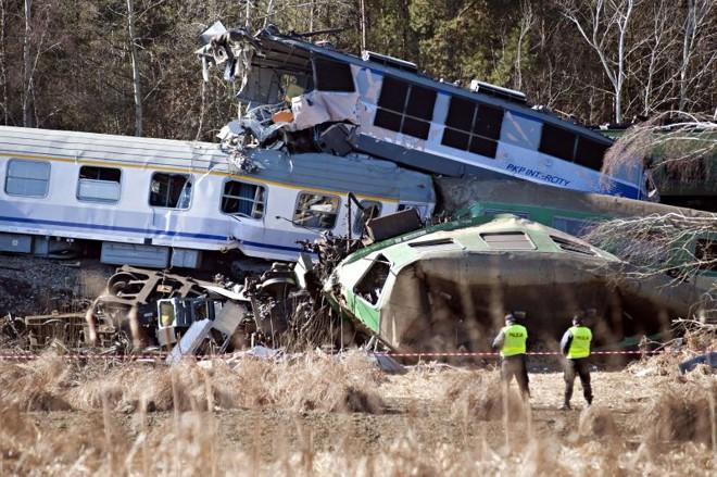 Policiais observam destroços dos dois trens que se chocaram na Polônia deixando ao menos 16 mortos | Bartosz Siedlik/AFP