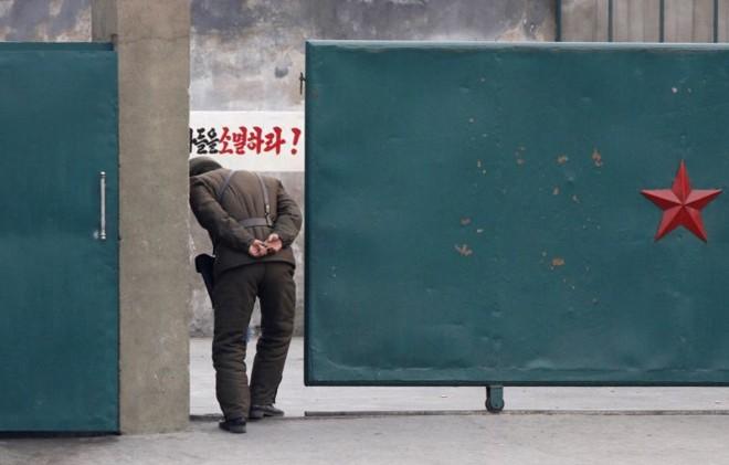 Soldado norte-coreano em frente à base militar na margens do Rio Yalu | REUTERS/Jacky Chen