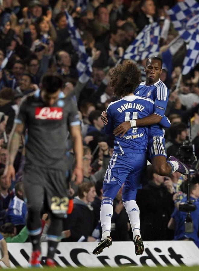 Drogba comemora gol com o zagueiro brasileiro David Luiz na vitória contra o Napoli | EFE