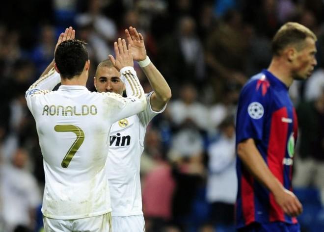 Cristiano Ronaldo comemora com Benzema o primeiro de seus dois gols contra o CSKA | AFP