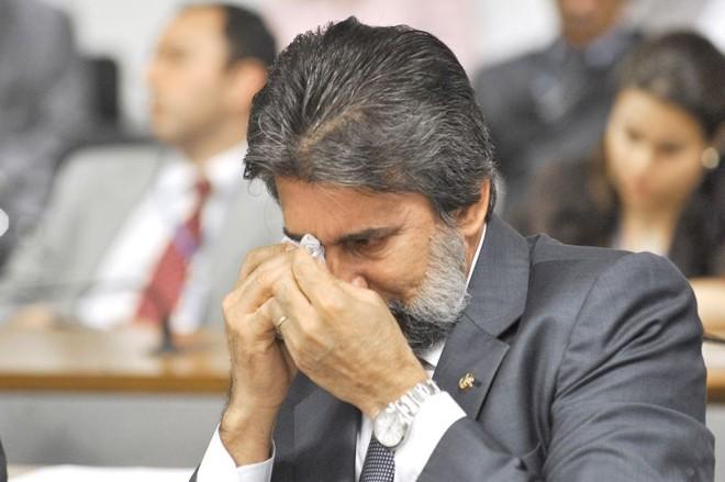 Senador Valdir Raupp, presidente nacional do PMDB, enxuga as lágrimas ao comentar sobre acidentes em estrada de Rondônia: críticas emotivas ao Ministério dos Transportes, pasta cobiçada pelos peemedebistas | José Cruz/Ag. Senado