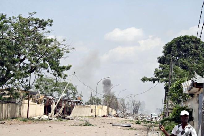 Série de explosões, que começou em um depósito de armas, destruiu o bairro de Mpila, na capital do Congo: 200 mortos e 1.500 feridos   Guy Gervais Kitina/ AFP