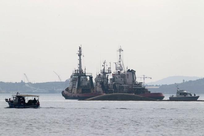 Navio-tanque afunda no Porto de Elefsina, a oeste da capital Atenas. O capitão do navio morreu | REUTERS/Yiorgos Karahalis