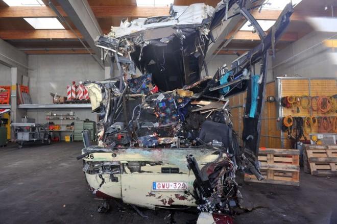 Ônibus destruído que bateu contra parede de muro e matou 28 pessoas na Suíça | AFP PHOTO / SEBASTIEN FEVAL