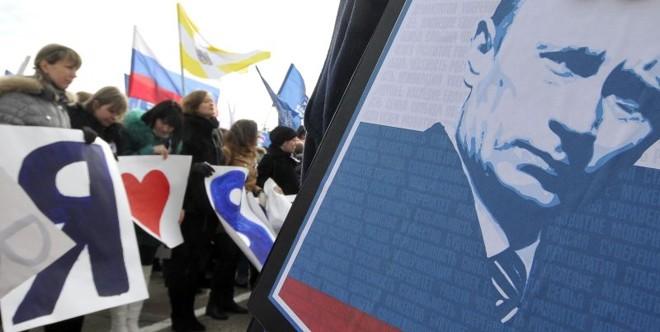 Eleitores que apoiam Vladimir Putin celebram a sua vitória nas eleições russas na cidade de Stavropol | AFP PHOTO / DANIL SEMYONOV