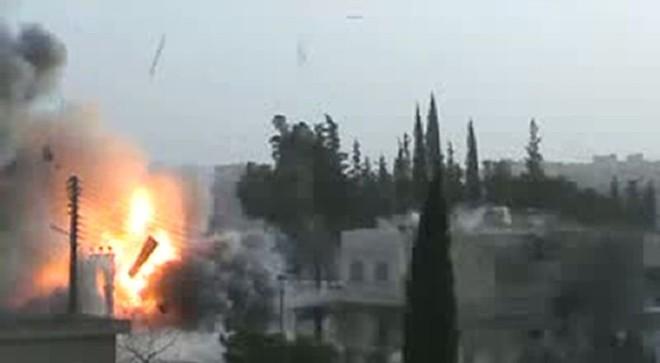 Imagem de vídeo do YouTube mostra ataques à cidade de Idlib, próximo à fronteira com a Turquia | AFP PHOTO/YOUTUBE/ HO