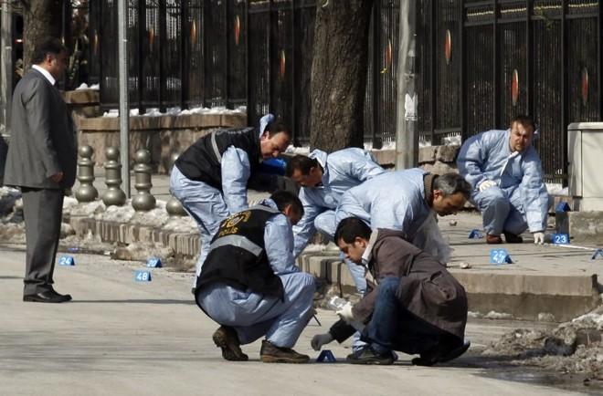 Policiais forenses inspecionam local de explosão de bomba na capital da Turquia | REUTERS/Umit Bektas