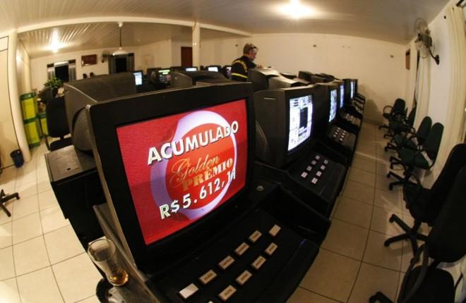 Máquinas apreendidas pela Polícia Civil e Cope no mês de março deste ano, em Curitiba | Daniel Castelano/Gazeta do Povo