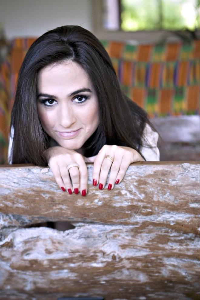 A atriz posa na casa dos pais no Rio de Janeiro | Guito Moreto/O Globo