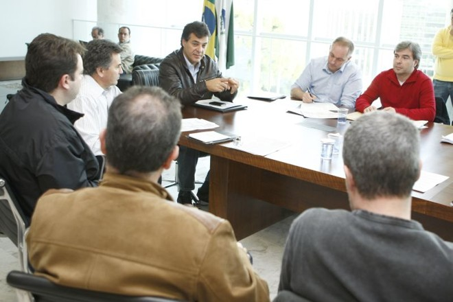 Governador Beto Richa (ao centro) reuniu a cúpula das polícias Civil e Militar para cobrar mudanças e investigação   Henry Milléo/ Gazeta do Povo