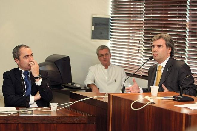 Michelotto (à esquerda) e Almeida César (à direita) durante reunião extraordinária na Assembleia Legislativa | Ivonaldo Alexandre/ Gazeta do Povo
