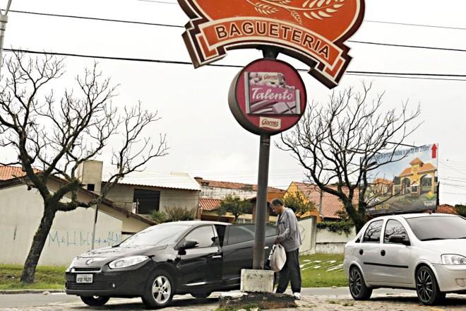 21/04 - 16h - Na padaria: Corregedor da Polícia Civil, Paulo Ernesto Araújo Cunha, é visto com viatura descaracterizada da corporação indo comprar pães e frios | Albari Rosa/Gazeta do Povo