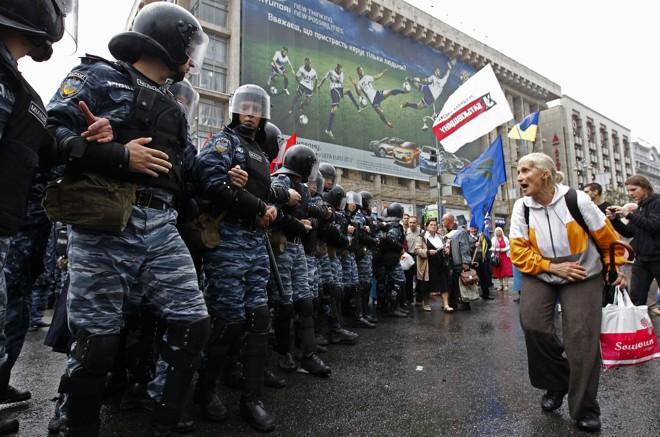 Policiais bloqueiam acesso à praça que será destinada a torcedores na Eurocopa deste ano | Alexander Demianchuk /Reuters