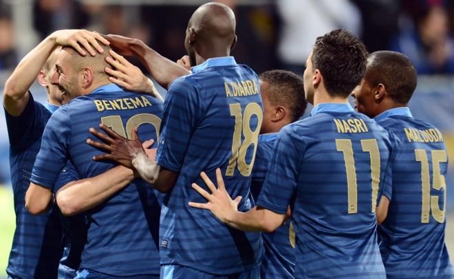 Benzema é abraçado pelos companheiros após marcar contra a Estônia | Franck Fife/ AFP