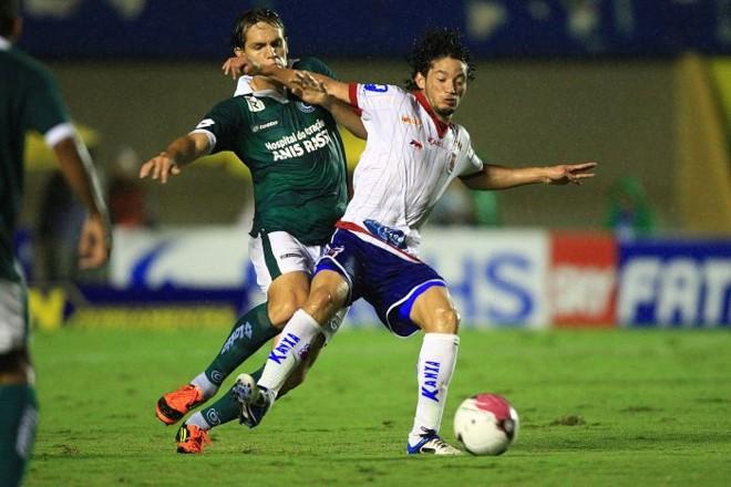 O paranista Arthur disputa a bola com Rafael Tolói na derrota tricolor em Goiânia | Zuhair Mohamad/O Popular/Futura Press
