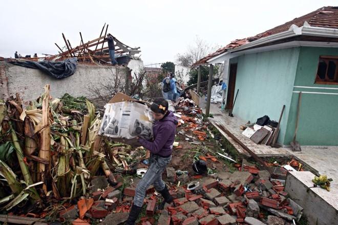 Em Araucária, na região metropolitana de Curitiba, diversas casas foram destelhadsa pela força do vento | Felipe Rosa/Gazeta do Povo