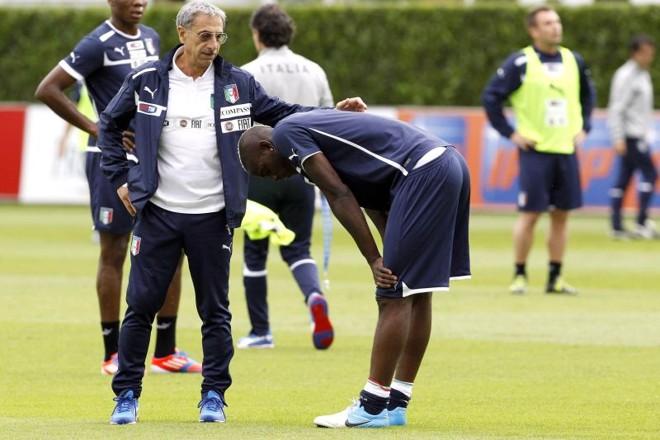 Balotelli sentiu contusão muscular na perna direita e preocupa a seleção italiana   Reuters