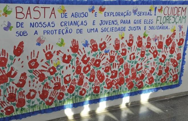 Cartaz feito por alunos de Brasília no Dia de Combate à Exploração Sexual de Crianças: denúncias ao Disque 100 aumentaram | Valter Campanato/ Agência Brasil