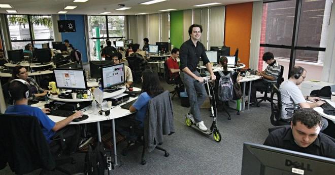 Gui Barthel, o fundador do Baixaki, no escritório da empresa em Curitiba: companhia conta com 100 funcionários com idade média de 24 anos   Felipe Rosa/ Gazeta do Povo