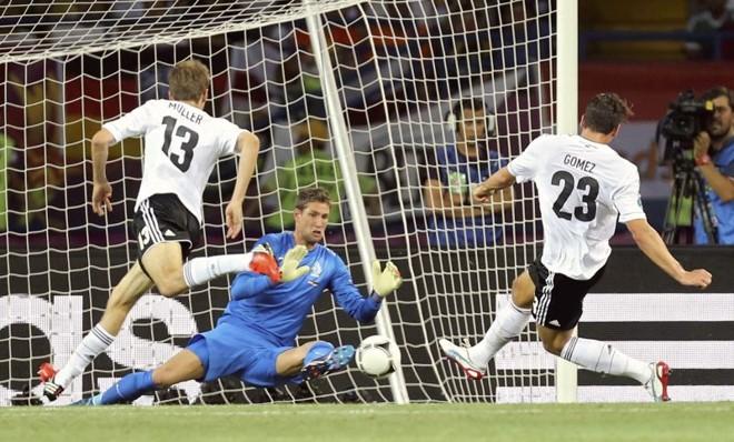 Mario Gomez chuta antes de marcar o primeiro gol dele no duelo contra a Holanda | AFP