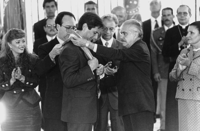 Fernando Collor recebe a faixa presidencial de José Sarney: novo presidente ficou menos de três anos no Palácio do Planalto | Ana Carolina Fernandes/AE