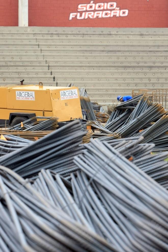 Operário trabalha na obra da Arena durante visita do ministro   Aniele Nascimento/ Gazeta do Povo