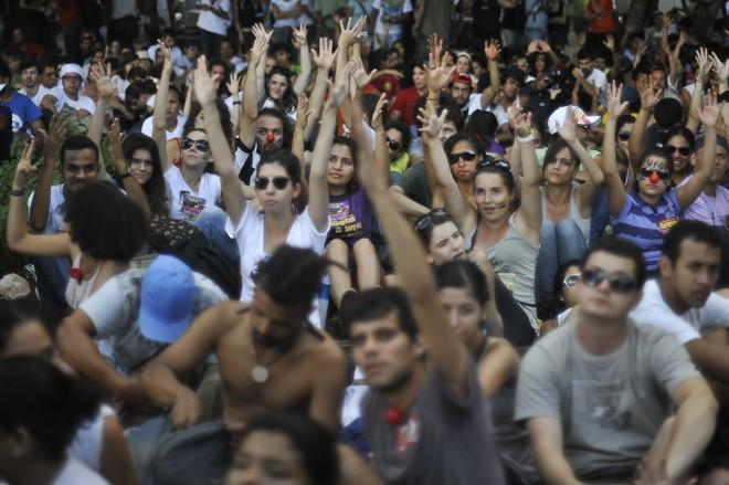 Um grupo de cerca de mil estudantes do ensino superior se concentrou na porta do ministério em apoio à greve dos professores   Marcello Casal Jr / Agência Brasil